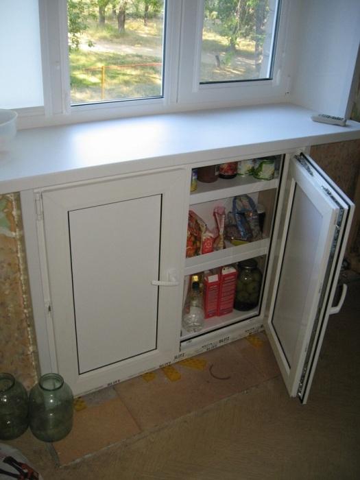 Продукты, которые не помещаются в навесных шкафах, можно сложить в нишу под окном. / Фото: a.d-cd.net