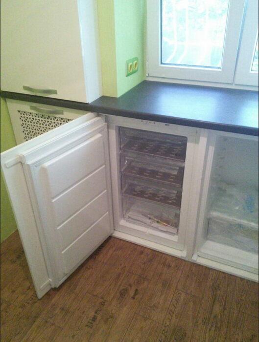 Под окном удобно разместить мини-холодильник. / Фото: woodstar.com.ua