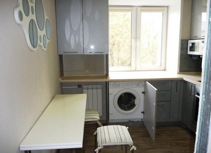 Под окном поместится стиральная машина. / Фото: homeli.ru