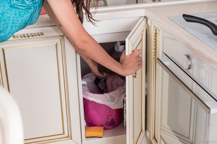 Вместо мусорного ведра в угловом шкафу можно разместить поворотные карусели. / Фото: kidsnpetsbrand.com