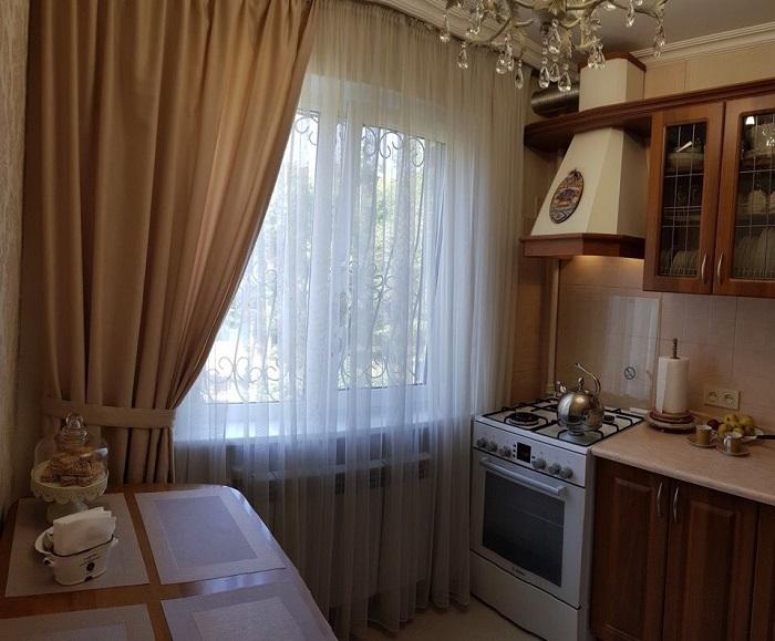 Тяжелые шторы не пропускают солнечный свет. / Фото: kitchen.adstores.ru