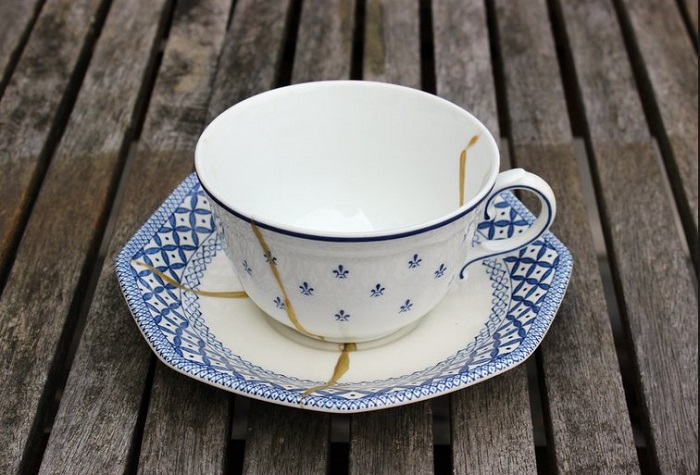 Посуда со сколами и трещинами не должна присутствовать на столе. / Фото: klademkirpich.ru