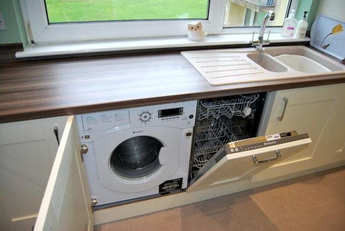 Если посудомойка будет стоять рядом с раковиной, не придется менять сливной шланг. / Фото: km5.in.ua