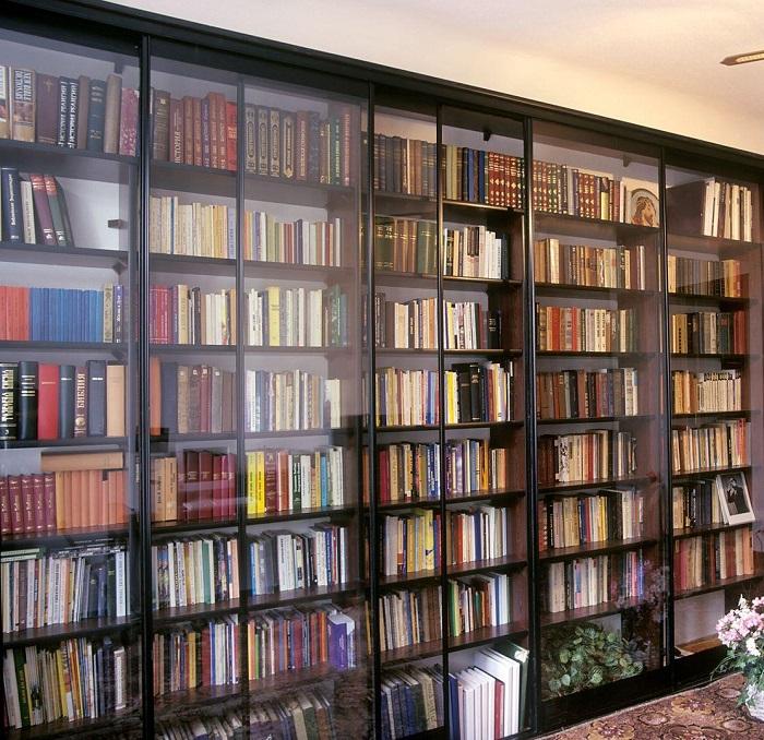 Книги лучше не хранить в закрытом шкафу из-за плохой циркуляции воздуха. / Фото: pinterest.com