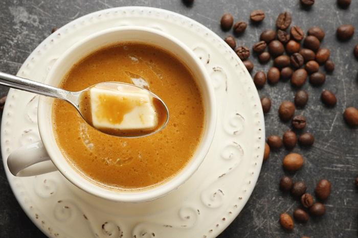 Сливочное масло делает вкус кофе мягче. / Фото: lozhka-povarezhka.ru