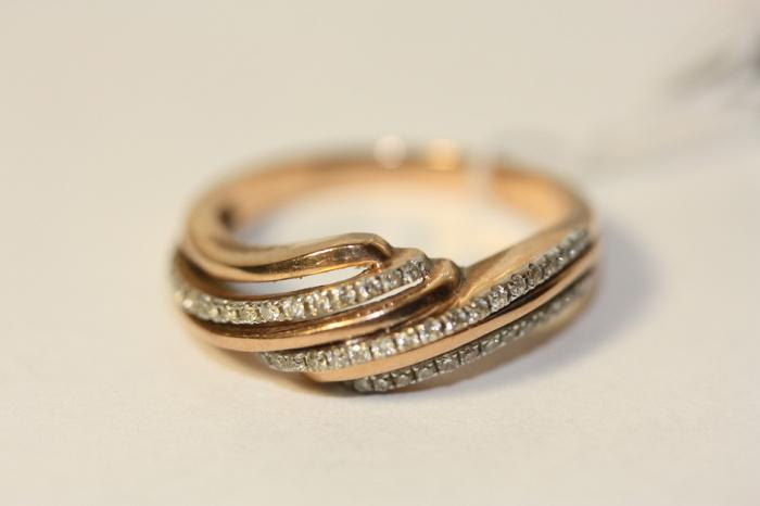 Кольцо с драгоценными камнями лучше покупать в ломбарде. / Фото: lombard-a.ru