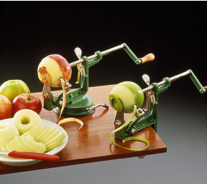 Прибор быстро очищает яблоки от кожуры. / Фото: kompotrnd.ru