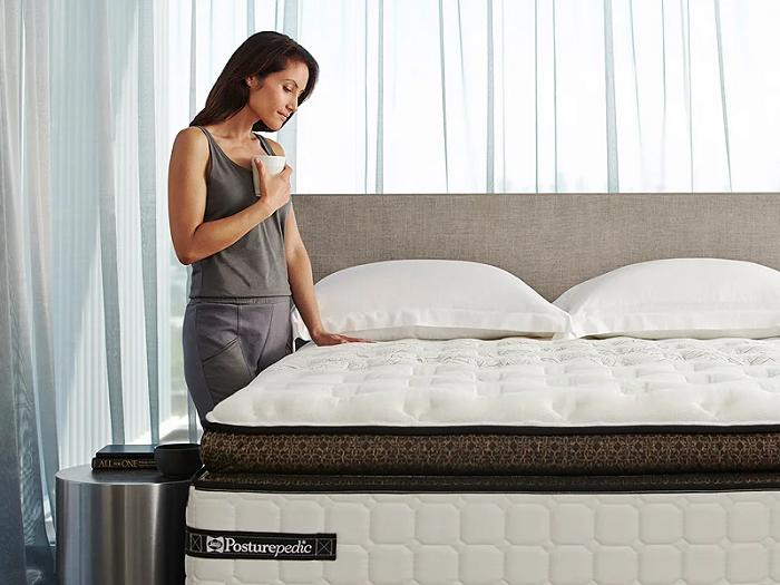 Чтобы сон был крепким, отдайте предпочтение ортопедическим матрасам и подушкам. / Фото: konakovo.dollo.ru
