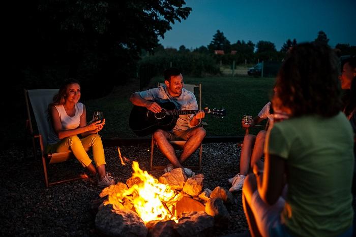 Вечером возле костра можно петь песни под гитару. / Фото: triinochka.ru