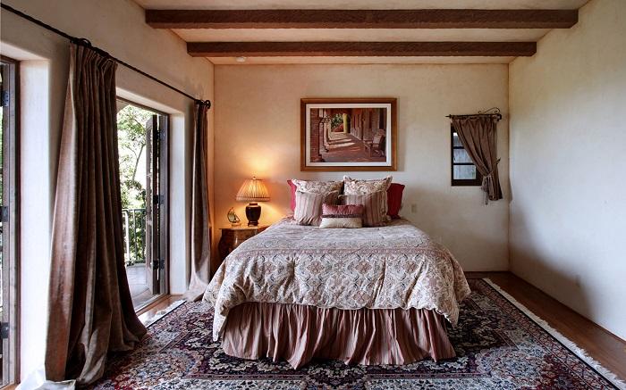 В большой спальне прекрасно смотрится габаритный ковер. / Фото: houzz.ru