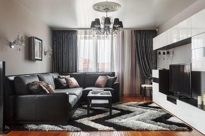 Ковер может совпадать по цвету с диваном. / Фото: pinterest.ru