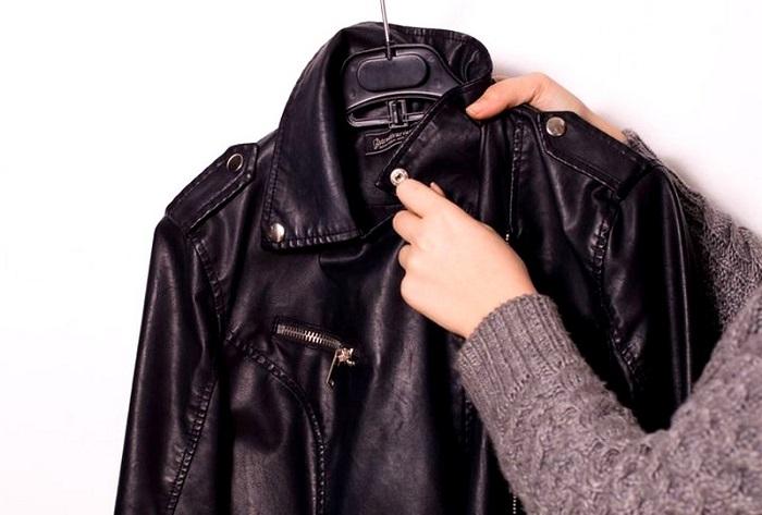 Кожаная куртка должна висеть на вешалке, подходящей по размеру. / Фото: delaichisto.ru