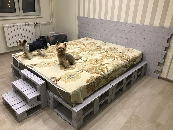 Кровать из поддонов можно сделать своими руками. / Фото: livemaster.ru