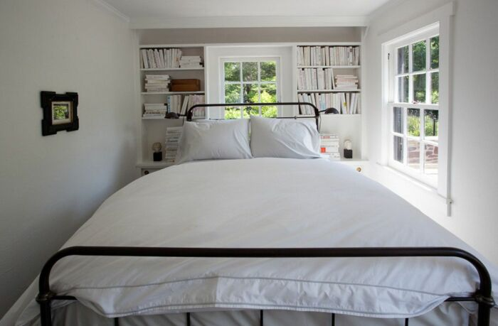 Большая кровать не оставляет места для маневров. / Фото: happymodern.ru