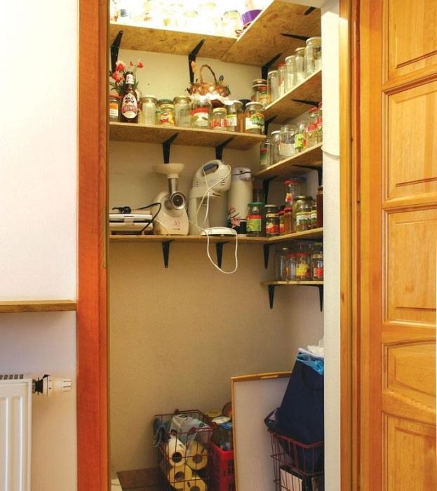В кладовку можно сложить банки и бытовую технику. / Фото: krovlsale.ru
