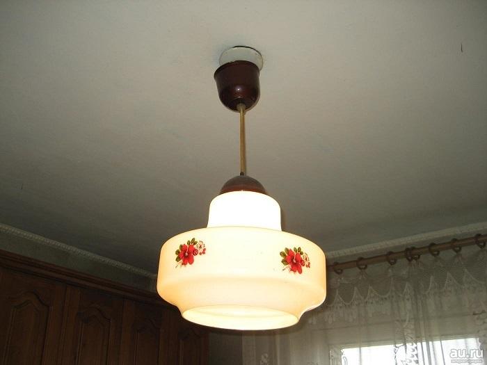 Одна лампа не справится с освещением всей комнаты. / Фото: krsk.au.ru