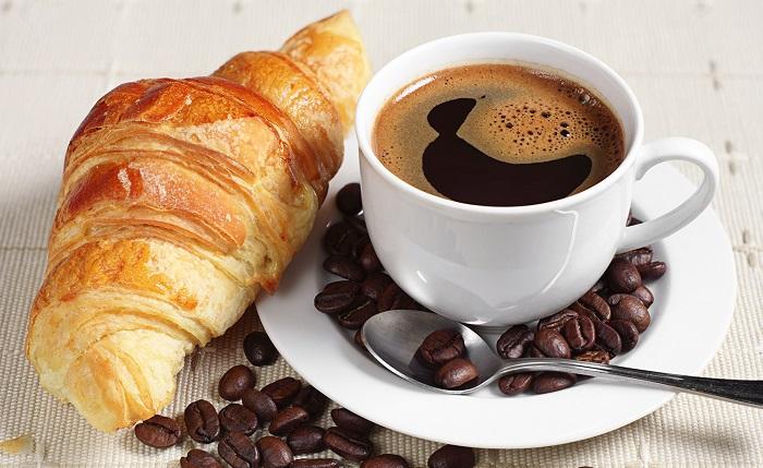 Круассаны со сладкой начинкой лучше не есть на завтрак. / Фото: artfile.ru