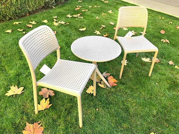 Для отдыха достаточно стола и пары стульев. / Фото: astroom.org