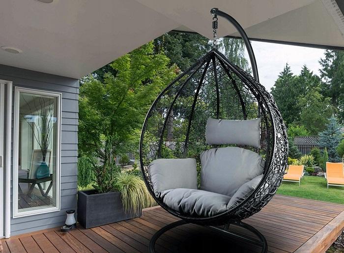 Кресло можно поставить на крыльце или под деревом на участке. / Фото: rotangm.ru