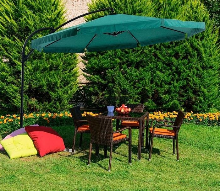 Под садовым зонтом можно спрятаться от солнца и дождя. / Фото: pinterest.ru