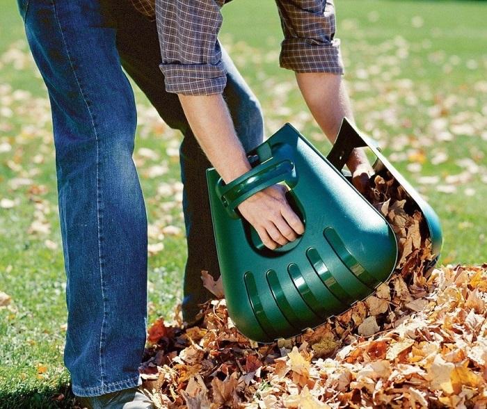 Пластиковое приспособление поможет быстрее убрать листья. / Фото: cpykami.ru