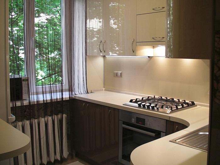 Если на кухне не будет вытяжки, запахи будут распространяться по всей квартире. / Фото: kuhnoteka.ru