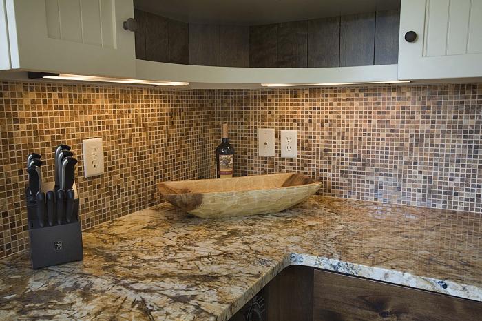 Мозаика выглядит более утонченно, чем плитка. / Фото: kuhnov.ru