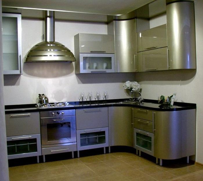 Кухня «под металл» смотрится холодно и неуютно. / Фото: svoimy-rukami.ru