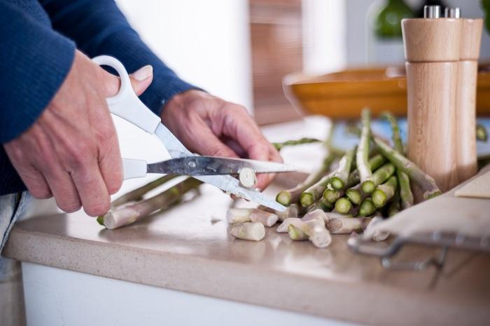 Ножницами можно резать многие продукты. / Фото: thespruceeats.com