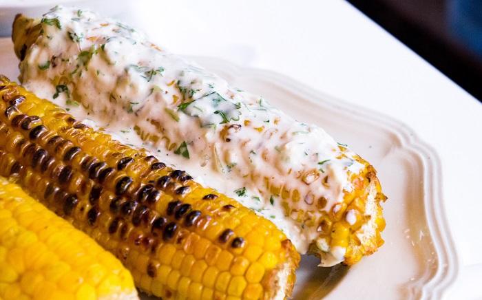Кукуруза получится вкуснее благодаря соусу. / Фото: fb.ru
