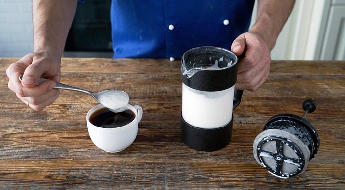 Во френч-прессе получается стойкая и пышная пена из молока. / Фото: kaksekonomit.com