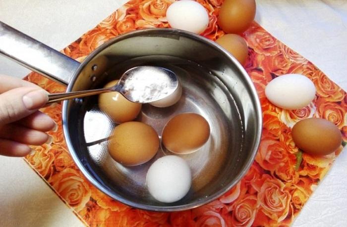 Добавьте в воду, где варятся яйца, соду. / Фото: ofazende.com