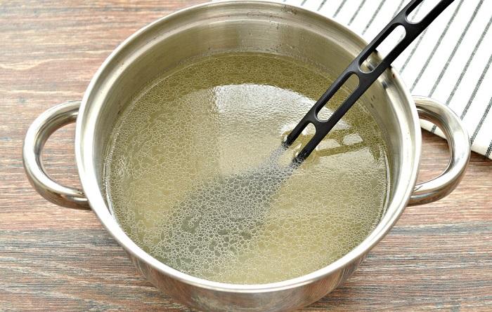 Куриный бульон можно использовать напополам с водой. / Фото: photorecept.ru