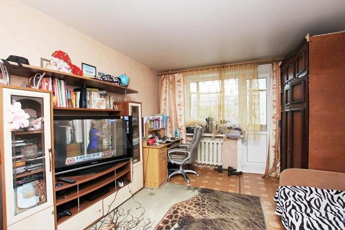 Большое количество мебели создает ощущение захламленного пространства. / Фото: dom.sakh.com