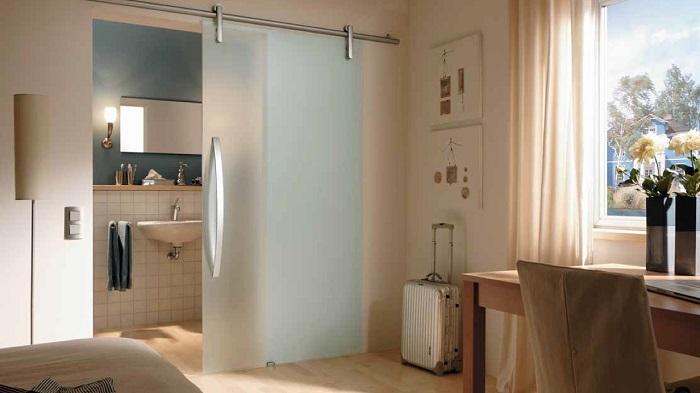 Вход в ванную через гостиную будет максимально неудобным. / Фото: mirvannaja.ru