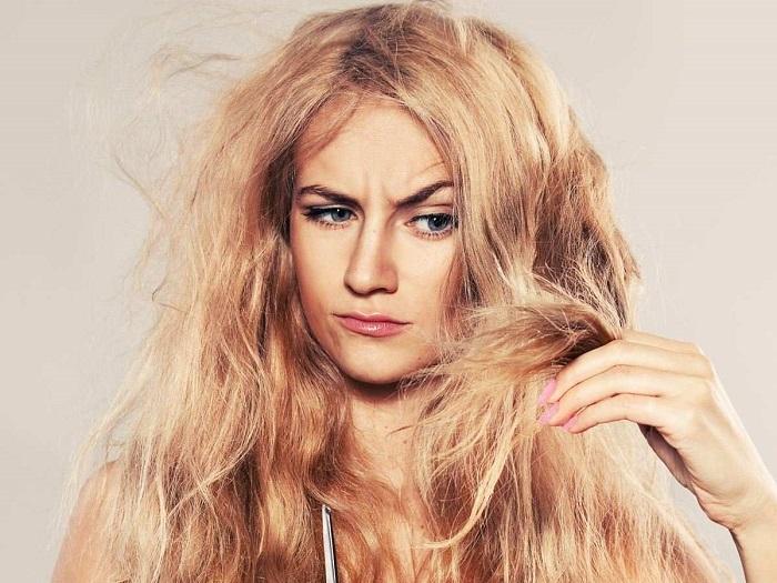 Влажные волосы очень слабые, поэтому быстро ломаются. / Фото: ladysarafan.ru