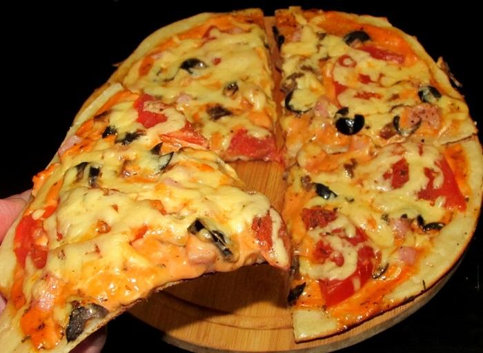 Кусок пиццы не должен прогибаться под весом начинки. / Фото: ladyspecial.ru