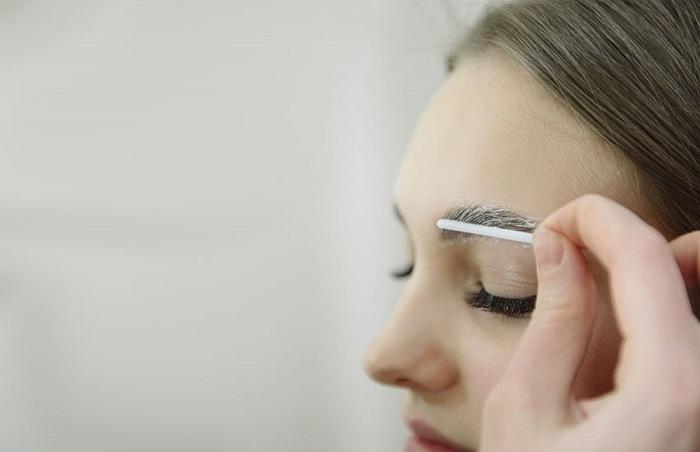 Ламинирование обеспечивает долговременную укладку бровей. / Фото: zolotoy.ru