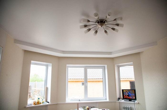Одной лампы мало для освещения гостиной. / Фото: arthouse.net.ua