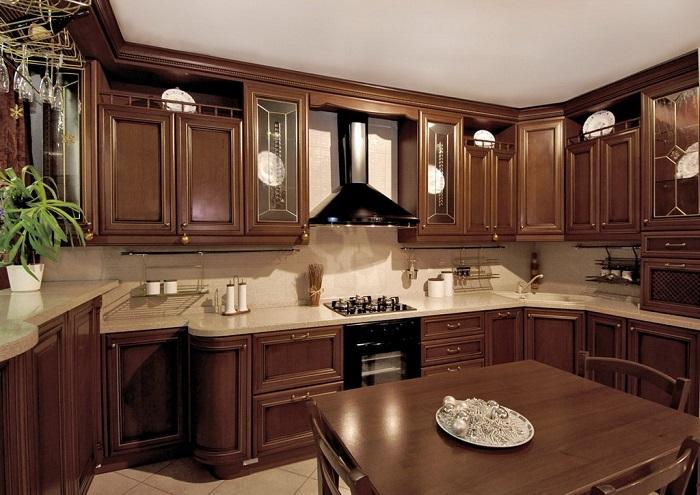 Кухня из массива сложная в уходе. / Фото: lavartec.ru