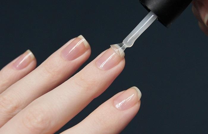 База укрепляет ногти только снаружи. / Фото: lediplus.ru