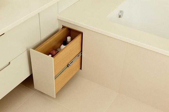 В вертикальном ящике можно хранить бытовую химию, шампуни и бальзамы. / Фото: legko.com