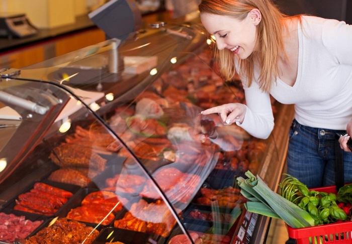 Покупать самое недорогое мясо - не лучшая идея. / Фото: lifegid.media