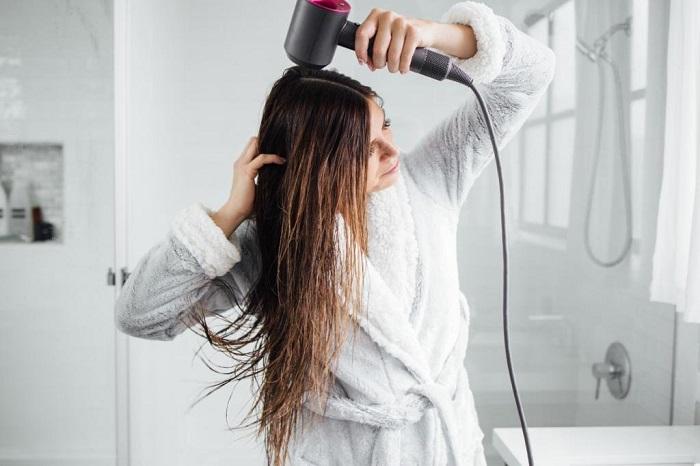 Сушите волосы без расчески, чтобы уберечь их от выпадения. / Фото: avon-061.ru