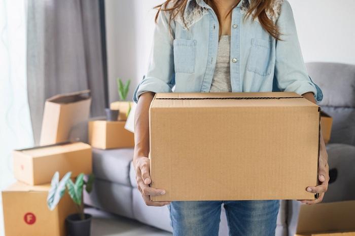 Коробку с документами и ценными вещами везите рядом с собой. / Фото: wday.ru