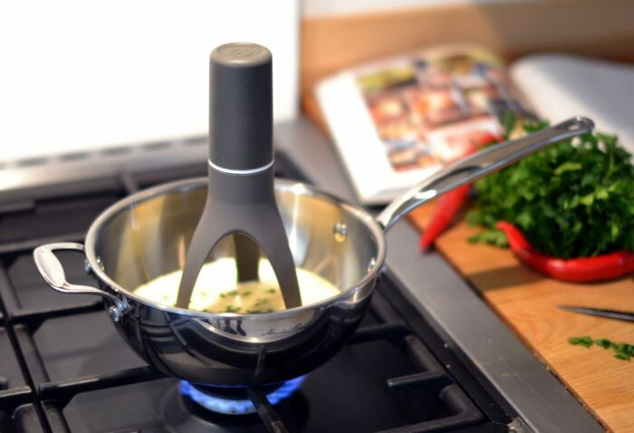 Электрическая мешалка способна самостоятельно перемешивать ингредиенты в посуде. / Фото: liketo.ru
