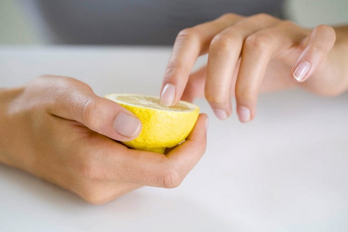 Лимонный сок – это отличное отбеливающее средство. / Фото: read-woman.ru