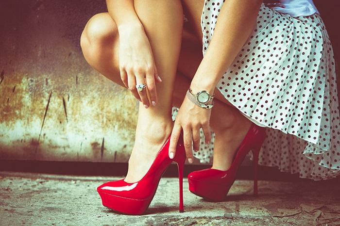 Туфли на высокой шпильке уже не в тренде. / Фото: liveexpert.ru