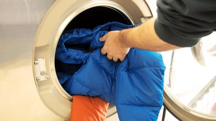 Куртку недостаточно положить в стиральную машину и включить любой режим. / Фото: mabon.ru