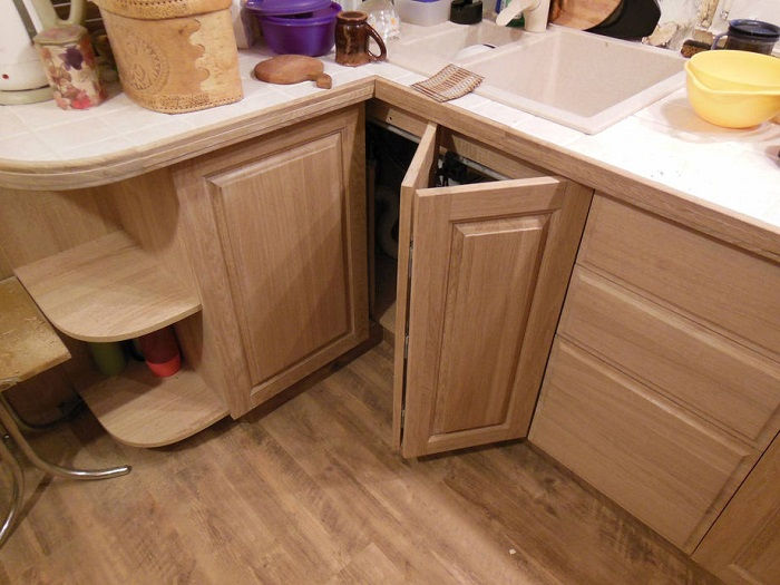 Складные дверцы помогут с умом использовать пространство в углу. / Фото: made-box.ru